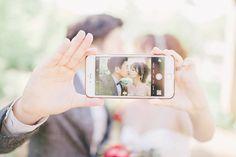スマホを使ったフォトインフォトの結婚式写真アイデアまとめ | marry[マリー]