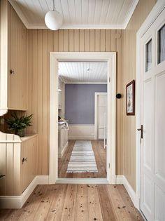 groventre med träspont målad med linoljefärg Cheap Bedroom Decor, Cheap Home Decor, Decor Room, Wall Decor, Cottage Hallway, Vintage Apartment Decor, House Color Palettes, Sweden House, Romantic Home Decor
