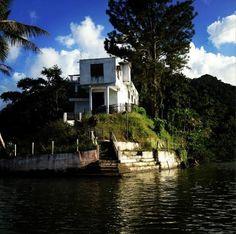 Lago Dos Bocas. Utuado, Puerto Rico. Daría lo que sea porque ese espacio fuera mío. Aunque Caonillas es más limpio, más fácil de navegar. Lo que me concierne, (ya que no hay pesca) es un lago más a fin al Kayak. Qué brutal se vería el 40' allí estacionado. Precisamente era mi ubicación ideal, como primera opción, en la orilla de un lago. Pero no ese lago.