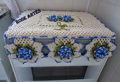 Resultado de imagem para como fazer capa para fogao em tecido Crochet Crafts, Crochet Doilies, Crochet Kitchen, Table Centers, Diy And Crafts, Crochet Patterns, Crochet Ideas, Decorative Boxes, Weaving