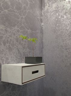 Metallic gemarmerd behang van Calico | roomed.nl