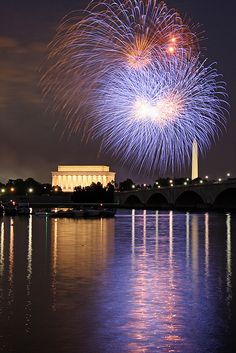 2010 July 4th fireworks, Washington DC - ©Ian Livingston www.flickr.com/photos/ianlivingston/4764374521/in/set-72157624423556466