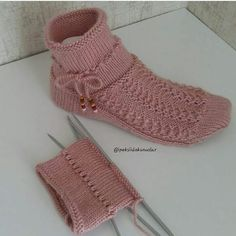 Bu soguk gunlerde bu sıcacik patikler vazgecilmez sanirim🤗🤗hayirli aksaml… In these cold days, these hot booties may not be possible. Irish Crochet Patterns, Crochet Designs, Knitting Patterns, Knitting Socks, Free Knitting, Crochet Hooded Scarf, Knitted Slippers, Crochet Woman, Sock Yarn