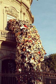 作品来自于西班牙马德里的艺术家 Alicia Martin,5000本书倾泻而出。是被买书不读的自己逼疯了吧。