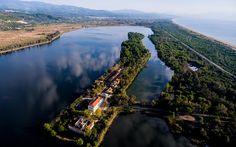 Η λίμνη που μια λωρίδα γης τη χωρίζει από τη θάλασσα Next Holiday, Greek Life, Our Country, Countries Of The World, Travel Around, Travel Destinations, Greece, How To Find Out, Beautiful Places