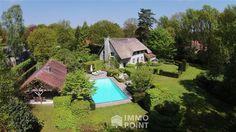 CHARMEVILLA MET PRIVATE TUIN OP RUSTIGE LOCATIE  Op 6800 m²: living 116 m², bureau 20 m², kkn, 5 slpk, 2 badk, 2 gar, Zuidoost tuin en terras 240 m²...