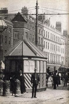Cabman's shelter on Sackville Street (now O'Connell Street) with a Dublin Metropolitan Policeman outside. Old Images, Old Pictures, Old Photos, Vintage Images, Dublin Street, Dublin City, Old Irish, Irish Celtic, Dublin Ireland