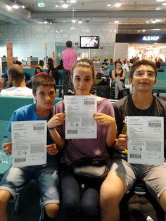 O André e a Mariana com um amigo, André Queiros, no Aeroporto da Portela. Bilhete já tinham, faltava embarcar!