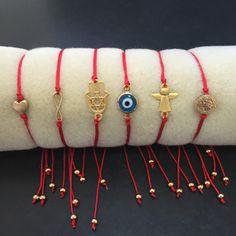 1 pulsera de cordón de seda rojo con uno de los amuletos que visto. Hamsa u ojo suerte, Ángel de la guarda, corazón, stbenedict o de la eternidad. Todos los encantos de oro 18 k laminaron. Por favor asegúrese de decirnos que amuleto que quieres en tu pulsera. Toda nuestra mercancía