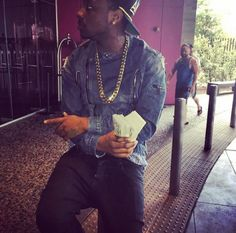 O.B.O!! Davido Shows Off The Money He's Betting On Mayweather [See Photo] - http://www.77evenbusiness.com/o-b-o-davido-shows-off-the-money-hes-betting-on-mayweather-see-photo/