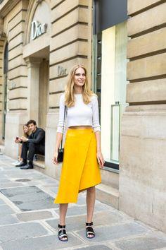 Nổi bật với chân váy màu vàng