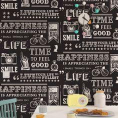 Devises et mantras pour rester positif ! Un papier peint au look moderne et fun qui apportera bonne humeur dans votre foyer. Beaucoup de caractère pour ce papier peint aux typographies originales écrites à la craie sur un fond façon tableau noir.