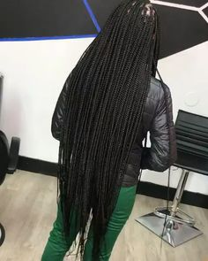 All styles of box braids to sublimate her hair afro On long box braids, everything is allowed! For fans of all kinds of buns, Afro braids in XXL bun bun work as well as the low glamorous bun Zoe Kravitz. Tree Braids Hairstyles, Box Braids Hairstyles For Black Women, Black Girl Braids, Braids For Black Hair, Easy Hairstyles, Girl Hairstyles, Hairstyles Videos, Poetic Justice Braids, Curly Hair Styles