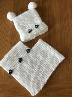 Handknitted white poncho and hat set. months Handknitted white poncho and hat set. Crochet Poncho Patterns, Knitted Poncho, Baby Knitting Patterns, Girls Poncho, Baby Poncho, Baby Hats Knitting, Hand Knitting, Crochet Baby, Knit Crochet