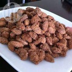 Gekaramelliseerde amandelen met een kaneel-suikerlaagje. Een heerlijke snack! Je kunt dit met allerlei soorten noten doen.