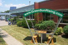 La mesa para exterior Solar Bench produce sombra, para un momento de descanso o de trabajo, y electricidad verde para recargar tus dispositivos móviles