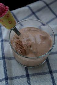 """Un delicioso helado de chocolate para """"pecar"""" sin remordimientos.   Ingredientes:  - 500 grs de queso batido 0% M.G. - 100 grs leche desnatada - 2 láminas de gelatina - 1,5 cucharadas soperas de edulcorante líquido - 1 cucharada sopera de cacao valor sin azúcar ni grasa. - unas gotas de aroma de vainilla lo traigo del sabor que más me gusta, pero seguro que podemos cambiarl..."""