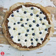 Tarta bezglutenowa na kakaowo - migdałowym spodzie z domowym mascarpone, melonem i borówami - Rejcake na Foodlove