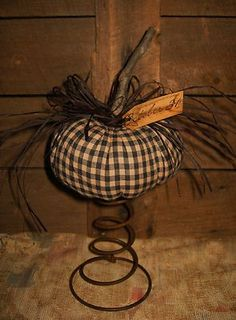+ ideas about Primitive Halloween Bed Spring Crafts, Spring Projects, Autumn Crafts, Primitive Fall, Primitive Folk Art, Primitive Crafts, Fall Halloween, Halloween Crafts, Halloween Decorations