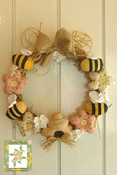 Que venha a primavera! Felt Wreath, Wreath Crafts, Diy Wreath, Bee Party, Wreaths And Garlands, Bee Crafts, Creation Couture, Country Crafts, Bees Knees