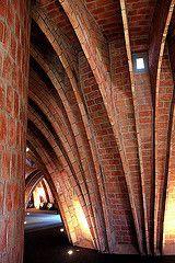 Combles de la Casa Milà avec des briques apparentes structurées par des arcs caténaires (Barcelone)