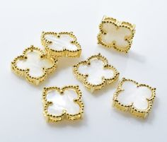 White Clover Brass Pendant (Large), Jewelry Craft Supplies, 16K Polished Gold over Brass - 1pcs / RG0049-PGWH