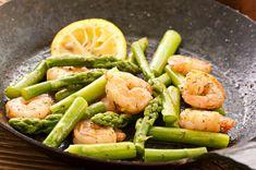 Diesen Low-Carb grünen Spargelsalat mit Garnelen und Knoblauchsauce und viele weitere gesunde Meeresfrüchte-Rezepte zum Abendessen findest Du auf invikoo.