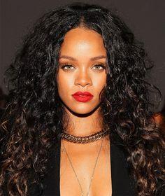 Rihanna com cabelos cacheados.