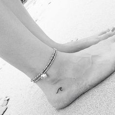 20 niedliche kleine Tattoo-Ideen für Mädchen 20 Cute Little Tattoo Ideas for Girls It's so cute for girls to have little tattoos. Small tattoos can be painted in a simple and sophisticated way. You … tattoos Mini Tattoos, Trendy Tattoos, New Tattoos, Tatoos, Tiny Foot Tattoos, Ocean Tattoos, Cross Tattoos, Forearm Tattoos, Small Ankle Tattoos