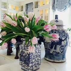 Use your tulips to kiss winter goodbye!! #beaufortbonnet #chinoiserie #tulips #isitspringyet #eastercountdown (pic from @theenchantedhome )