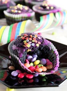 Piñata Muffins filled with candy perfect for kids birthday recipe ~ Piñata Muffins gefüllt mit Smarties perfekt für Kindergeburtstag Rezept