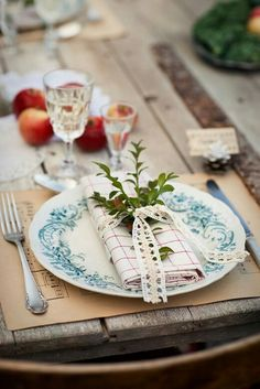 Blue Transferware with a sprig of winter greens is all you need for a lovely Christmas Table ~ Mary Walds Place - Hälsans Kök
