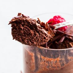 This vegan chocolate mousse is quick and easy to prepare, and the aquafaba makes this delicious vegan dessert extra fluffy and luxurious. Chocolate Pop Tarts, Vegan Chocolate Truffles, Chocolate Shavings, Gluten Free Chocolate, Mint Chocolate, Chocolate Cake, Chocolate Frosting, Chocolate Covered, Raw Vegan Cheesecake
