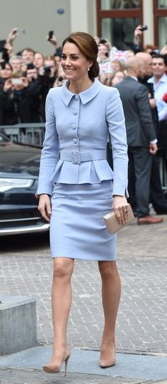 Kate Middleton Style Outfits Classy Dressing classy is simple. Prince William And Kate, William Kate, Lady Diana, Style Royal, My Style, Style Kate Middleton, Duchesse Kate, Pantyhosed Legs, Catherine Walker