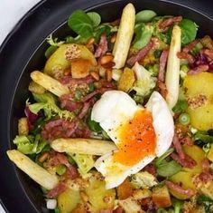 Salade tiède aux pommes de terre, asperges, lardons et oeuf mollet