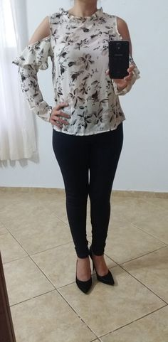 Blusa em Crepe Floral Detalhes de Ombro Vazado e Babados https://www.facebook.com/lojalumiereshop