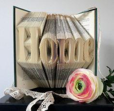 Het woord HOME gevouwen in een boek.  Ook leuk om zelf te maken, patroon en handleiding zijn te vinden op de website van boekvouwen . nl