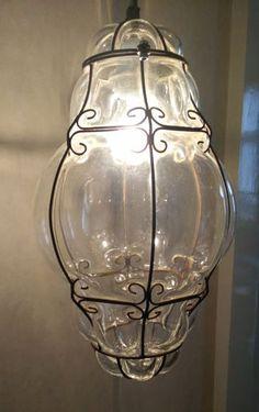 Venetiaanse lamp 20e eeuw Prachtig Venetiaans stukje vakwerk. Licht zorgt voor een mooi schijnsel op plafond en muren.Glas werd in een gietijzeren draadwerk gegoten en met de mond geblazen. Hoogte alleen van de lamp 45 cm diameter 21 omtrek breedste punt 73 cm. Puntgaaf.Wordt zorgvuldig verpakt en aangetekend verzonden. EUR 65.00 Meer informatie