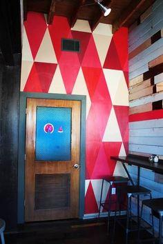 Amazing wall art painting -  Impresionante pared con pintura de dibujos geométricos