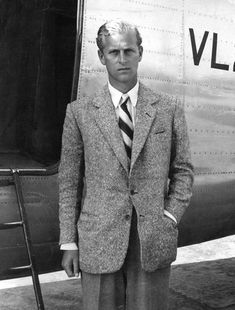 Prince Philip, the Duke of Edinburgh - his mother was Princess Alice of Battenberg, her mother was Princess Victoria of Hesse, her mother was Princess Alice, daughter of Queen Victoria of the UK Prinz Phillip, Edinburgh, Young Prince Philip, Prince William, Die Queen, Photos Of Prince, Isabel Ii, King George, Royal Families
