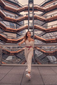 I recently visited the newest land mark of NYC: The Vessel New York. Here's all you need to know + a fun video. New York Travel, Travel Usa, Travel Inspiration, Fashion Inspiration, Hudson Yards, Jogging Bottoms, Zara Shorts, Modern City, Great View
