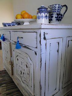 MUEBLE ANTIGUO BLANCO DECAPADO Visita la página Decoupage Furniture, Vintage Furniture, Painted Furniture, Shabby Chic Style, Shabby Chic Decor, My Home Design, House Design, Shabby Home, Love Home