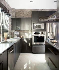 cuisine moderne composée de panneaux d'armoires de cuisine en