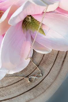 V ponuke našich šperkov má kolekcia náhrdelníkov svoje stále a nezastupiteľné miesto. Jedného z jej zástupcu – náhrdelník Always, prezentujeme v rámci elegantnej diamantovej klasiky, s tradičným, nadčasovým symbolom nekonečna. Jemný šperk je vhodný ako podarúnok k sviatku, môže však byť i poďakovaním pri narodení dieťatka alebo darom s jednoznačným podtextom k výročiu svadby. Nuž a často si práve týmto klenotom urobia radosť dámy samy sebe. Arrow Necklace, Pendants, Glamour, Pure Products, Diamond, Jewelry, Fashion, Moda, Jewlery