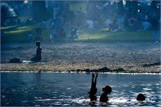 Recreatiegebied Hemmeland ligt buitendijks op een landtong bij Monnickendam. Vanwege zijn ligging is het uitstekend geschikt voor verschillende vormen van watersport. Aan de oostzijde van het schiereiland, waar het direct aan de Gouwzee grenst, bevinden zich de zandstranden waar gezwommen kan worden: Mirrorstrand, Monnickendamstrand en Waterlandstrand. Badseizoen: 1 mei t/m 30 september. Toegang: onbetaald, openbaar.
