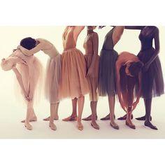 """A linha """"Nudes"""" de @louboutinworld está ainda mais completa. Isso porque a grife acaba de anunciar o lançamento de uma coleção de sapatilhas de bico fino inspiradas no universo do ballet.  #louboutin #ballet #moda #shoes"""