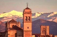 Atardecer en Granada con vista al Monasterio de los Jerónimos y la Catedral con el Pico del Veleta como marco: Juan Carlos Gómez Vargas (@jcgomvar) en Instagram.