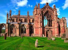Melrose Abbey es una de las abadías más antiguas de Escocia.  Hoy en día se puede explorar las ruinas de la abadía cisterciense, que fue dañado en el año 1500.