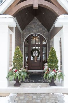 Real Fit Housewife: Christmas with the Kortes' Urns & wreath by me. I LOOOOOVE outdoor decor just as much, plus I'm a gardener at heart. Christmas Porch, Outdoor Christmas, Xmas, Country Christmas, Christmas 2017, Seasonal Decor, Holiday Decor, Architecture, My Dream Home