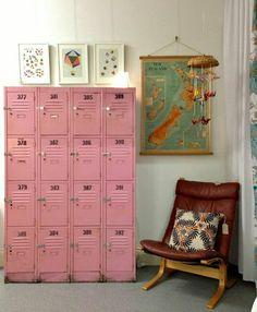 armoire métallique, joli vestiaire rose avec casiers et chaise vintage